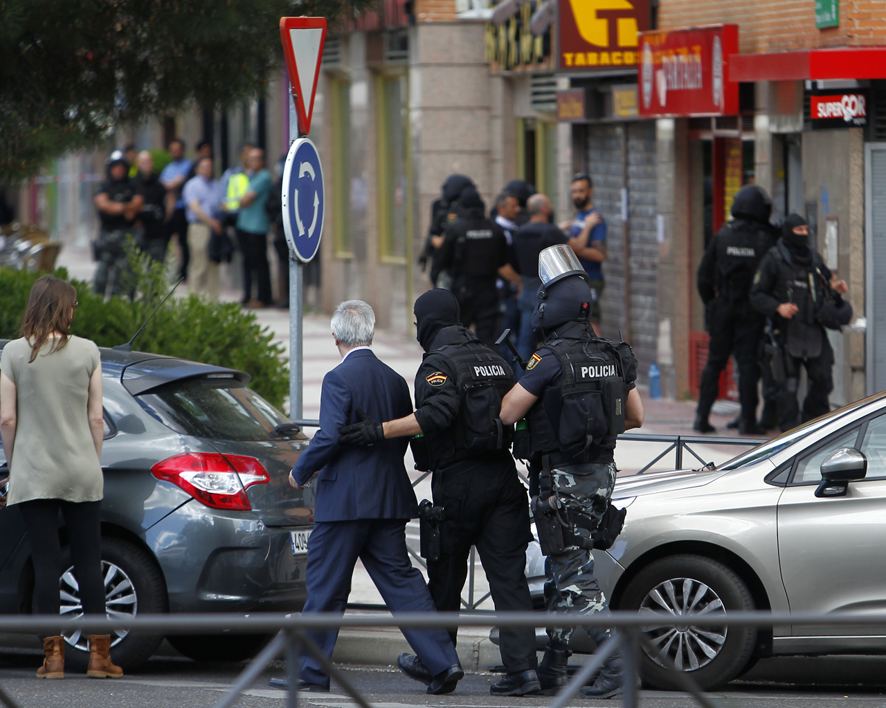 Un policía nacional se atrinchera en un restaurante de Alcobendas.